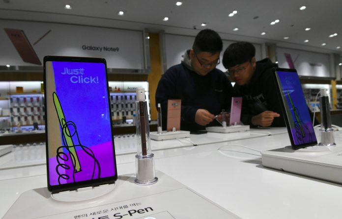 Pictured: Visitors get a look at Samsung Galaxy Note9 smartphone at the company's showroom in Seoul on October 31, 2018. Photo: AFP/Getty Images/Jung Yeon-Je